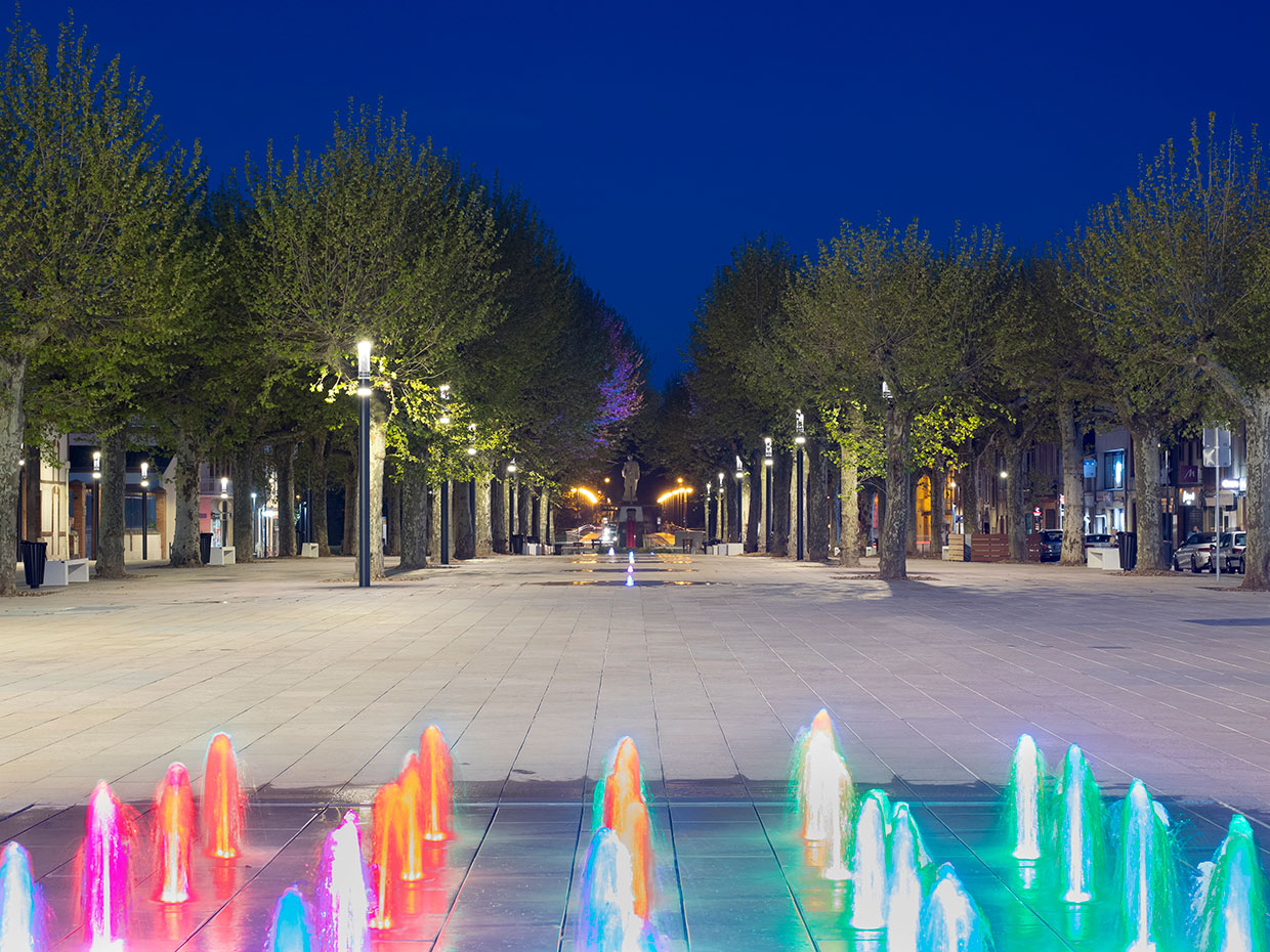 Schréder floodlights turn this fountain into a fun nocturnal feature, creating a distinctive identity for this square