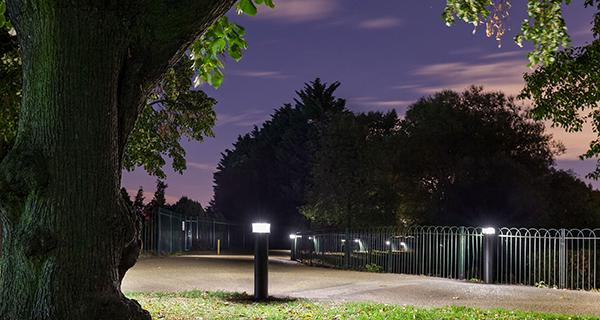 Schréder bollards light Finsbury Park in London to assure a safe passage and protect the local wildlife in the pond